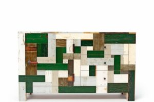 Die Kommode in hochglänzend lackiertem Altholz, Multiplex und alten Türbeschlägen erinnert auf den ersten Blick an eine Patchworkdecke, bei der Reste verschiedener Stoffe zu einem neuen Textil zusammengefügt werden: Die Farben der einzelnen Flicken können homogen, kunterbunt oder subtil abgestuft sein. Hier ergeben die unterschiedlichen Oberflächen unter dem Hochglanzlack bei aller scheinbaren Zufälligkeit im Zusammenklang ein sorgfältig komponiertes Bild wie bei einem Mosaik!Einzelstück, 1500 x 500 x 900 mm Fotos: Piet Hein Eek