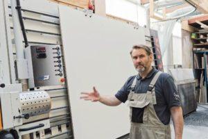 Andreas Schmies an seiner neuen Plattensäge Advance 215 von Elcon_Saege.jpg
