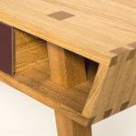 Schreibtisch mit durchgestemmten Beinen
