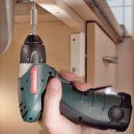 Meilensteine im Schreinerhandwerk 2008: NEUE AKKUS Metabo erweitert sein Programm um den kompakten Akkuschrauber »PowerGrip Li«. Er ist ausgestattet mit einem 7,2-Volt-Lithium-Ionen-Wechselakkupack mit einer Kapazität von 1,1 Ah. Damit versenkt er 430 Schrauben der Größe 3 x 20 mm in Weichholz. Bei Schrauben der Größe 5 x 50 mm sollen es noch 150 Stück mit einer Akkuladung sein. dds März 2008 Foto: Metabowerke GmbH