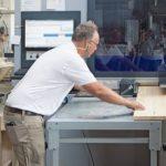 Michael Krüger beschickt die CNC mit einem Futterbrett
