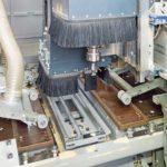 Die CNC formatiert, bohrt und fräst Schlösser und Beschläge ein