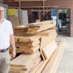 Michael Krüger am Stapel mit märkischer Kiefer vor dem Eingang zur Werkstatt dds-Fotos: Georg Molinski, Konradin Medien GmbH