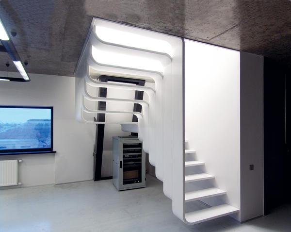 Ausschließlich mit Elektrowerkzeugen, hauptsächlich von Festool wurde diese halbgewendelte Podesttreppe mit abgerundeten Ecken gefertigt