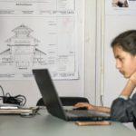 Eine der Architektinnen aus dem Team, das die Schreiner unterstützt, hat ihren Arbeitsplatz in einem Container an der Baustelle Foto: Erol Gurian