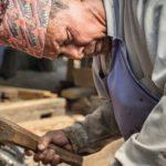 Schreiner Laxmi Bhakta Raja Chala gehört der nepalesischen Schreinerkaste an – die Ergänzung seines Namens »Raja Chala« bringt das zum Ausdruck Foto: Erol Gurian