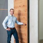 Felix Bartel präsentiert Im Showroom von Simi-lar bei Rosenheim die erste Betonwandscheibe mit flächenbündiger Tür