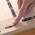 Akkurate Beschlagsfräsungen: Über codierte Tapes orientiert sich die bildsensorgesteuerte Hand-CNC