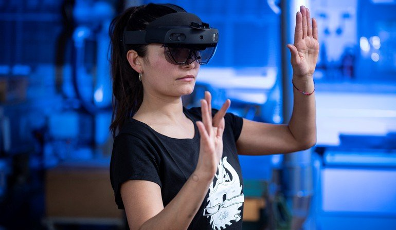 Schreinerin mit Datenbrille Hololens 2