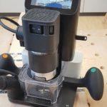 Meilensteine des Schreinerhandwerks 2019: CNC-GESTEUERTE HANDOBERFRÄSE Die Origin von Shaper Tools sorgt für Aufsehen. Computergestützte Bildverarbeitung verortet das Werkzeug jederzeit genau auf dem Werkstück und führt über eine automatische Positionskorrektur den Fräser so nach, dass er dem digitalen Entwurf folgt. Der Anwender muss das Gerät nur im Umfeld des im Display angezeigten Pfads führen – die akkurate Fräsung erfolgt automatisch. dds März 2019 Foto: Ulrich Pfeiffer für dds
