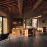 Die monolithischen Möbel aus Eiche und Leder wurde vom Handwerker und Künstler Klaus Lichtenegger entworfen und gebaut Foto: Oliver Jaist