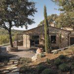 Eingebunden in die spektakuläre Natur der Chianti-Hügel steht das landestypische, toskanische Steinhaus inmitten der Weinberge. Vorn das Haupthaus der Casa Morelli, dahinter angebaut das zweigeschossige Schlafhaus Foto: Oliver Jaist