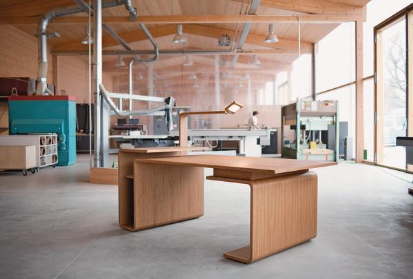 Carlo molino l sst gr en dds das magazin f r m bel for Schreibtisch schwenkbare tischplatte