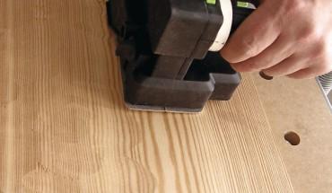 Holz bürsten oder hacken: mit wenig Aufwand lässt sich eine rustikale Oberfläche erzeugen