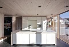 Holzwerkstoffe aus Fichte dienen mal als konstruktives Hausbauteil, dann wieder in Form von Wangen und Platten als Möbelbauteile