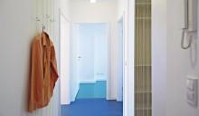 Damit Wohnen auf 60 m2 im Plattenbau Freude macht, warten »Wohnspots« in allen Räumen: zum Beispiel eine Garderobe an der Wäscheleine