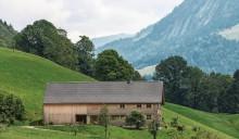 Ein alltes und ein neues Wälderhaus: Liegende Fenster verraten modernere Raumzuschnitte zwischen Stadel und dem historischen vorderen Wohnteil