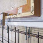 Simi-lar by Barthel: Die Tischlerplatte simuliert das Türblatt. Die Zarge ist mit der Stahlarmierung verbunden
