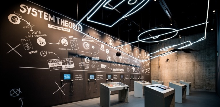 Hinter der multimedialen Erlebniswand im neuen Deutschen Fußballmuseum in Dortmund stecken Holzwerkstoffe und HPL-Dekore von Pfleiderer