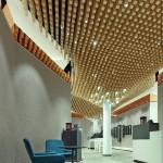 Drubba Moments: Der geometrisch zentrale Kern des Verkaufsgebäudes ist zugleich das emotionale Zentrum des Raums mit Cafébar und Uhrmacherservice. Blickfang ist die Decke aus 4362 Fichtenstäben. Sie verweist auf den umgebenden Schwarzwald