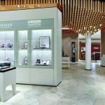 Drubba Moments: Während die Markenshops der führenden Uhrenhersteller teils opulent mit edlen Furnieren auftreten, bleibt der Auftritt der Eigenlabels der Familie Drubba in neutralem weiß/grau