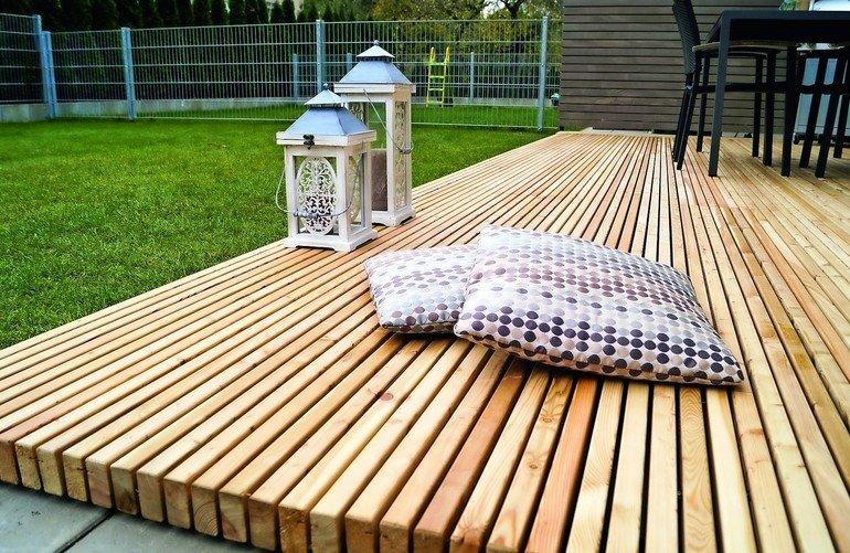 Holzterrasse mit vormontierter Unterkonstruktion: die Mocopinus-Terrasse aus Sibirischer Lärche braucht wenig Pflege und bleibt lange schön