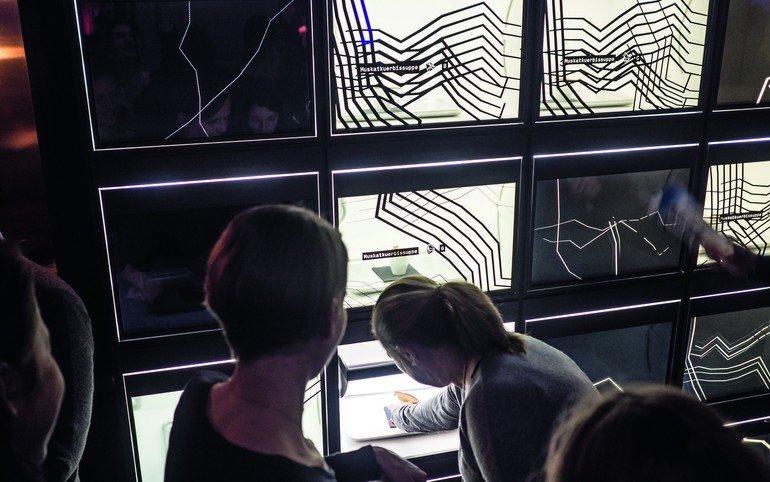 Die Tischler von Artis setzen beim Ladenbau für die Gastronomie auch die App-gesteuerte Abholung an der Foodwall gekonnt um: Durch aufschwenkbare (grafisch garnierte) Monitore sieht man auf sein app-bestelltes Gericht