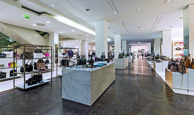 Der umfassende Umbau des alterwürdigen Kaufhauses »Alsterhaus« in Hamburg verlangte echte Marmoroberflächen (Bianco Carrara Gioia). Eingesetzt wurden für die großformatigen Thekenmonolithe eine Hybrid-Dünnsteinausführung aus dem Hause Gramablend