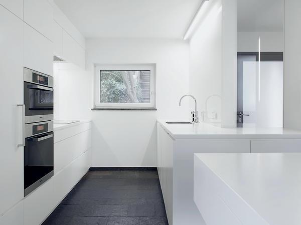 Elegant Und Konsequent In Weiß: Lackierte Einbauten, Arbeitsplatten Aus  Mineralwerkstoff, Weiß Hinterlackiertes ESG Anstelle Von Fliesen. Essbereich  ...