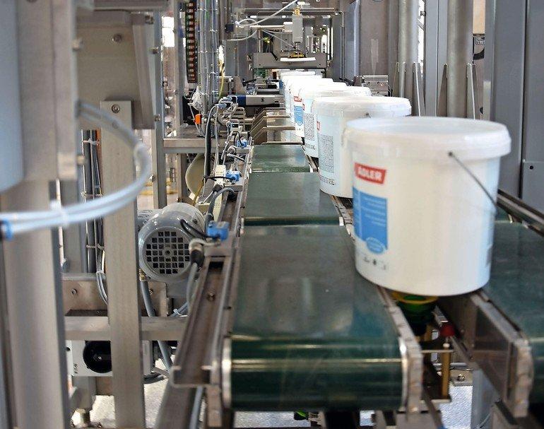 ADLER_Wasserlackfabrik_Abfuellungausschnitt.jpg