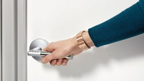 ASSA-ABLOY_CodeHandle_holding.jpg
