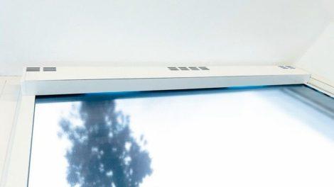 Die Rollokassette als Luftfilter: Eingebaute UV-Lampen reinigen die umgewälzte Luft im antiviralen Folienrollo »Smart CleanAir« von Haverkamp Foto: Haverkamp