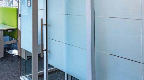 Magnetdichtungen machen den Unterschied: Schiebetür aus Glas mit Schallschutz von Lehnert Foto: Lehnert GmbH