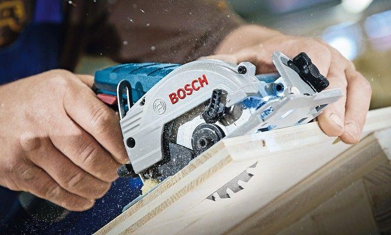 19-mm-Dreischichtplatten haut eine 12-V-Säge locker weg Foto: Bosch Power Tools