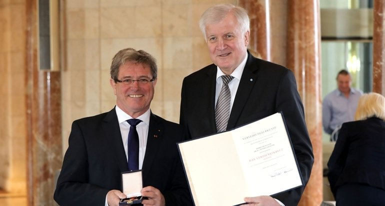 Bundesverdienstkreuz_koester_seehofer.jpg