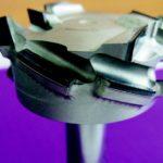 Meilensteine im Schreinerhandwerk 2012: BASIS FÜR NULLFUGEN Der neuartige »P-System«-Fräser von Leuco erzeugt hervorragende und ausrissfreie Oberflächen. Das Besondere ist der große Achswinkel von über 55°. Das führt zu einem extrem ziehenden Schnitt. Leuco nennt das Peel-Effekt. Die diamantbestückten Werkzeuge lösen problematische Aufgaben, etwa wenn es um das Fügefräsen für die aktuell vom Markt geforderte Nullfuge geht. dds März 2012 Foto: Ledermann GmbH & Co. KG