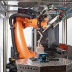 Meilensteine des Schreinerhandwerks 2013: ROBOTERALS CNC Kuka lässt den Roboter CNC-Programme ausführen. Gegenüber der reinen CNC-Maschine bringt das einen größeren Arbeitsbereich, höhere Flexibilität, niedrigere Investitionskosten und die sechsachsige Bearbeitung. Bisher erledigte der Industrie‧roboter vor allem Handling‧arbeiten oder bearbeitete Serienprodukte nach. Er diente beispielsweise zum Auf- und Abstapeln an einer Maschine. dds November 2013 Foto: Kuka Roboter GmbH