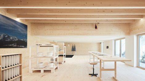 Umbau eines Stalls im Bregenzerwald: Die Werkstattebene bietet viel Tageslicht und eine klare aufgeräumte Struktur – geeignet als Manufaktur und zugleich als Showroom Foto: Adolf Bereuter