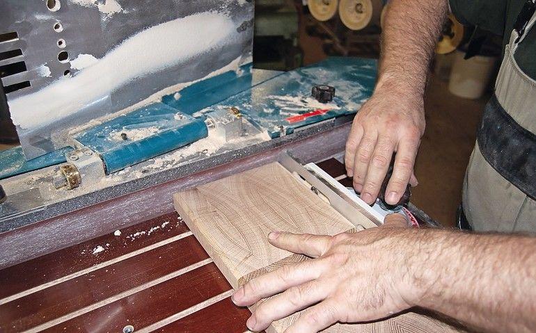 Die Kantenschleifmaschine säubert nicht nur, sie hilft auch, das Werkstück in Form oder auf das gewünschte Maß zu bringen dds-Foto: Georg Molinski, Konradin Medien GmbH