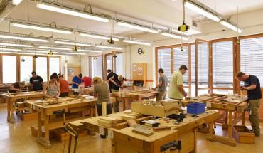 """Die ersten  Abiturienten lernen im Seminar """"Schreiner intensiv"""" die praktischen Grundlagen des Schreinerhandwerks"""