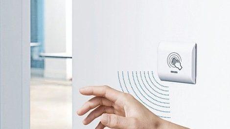 In einer modernen Klinik fasst niemand Türklinken an Foto: Geze GmbH