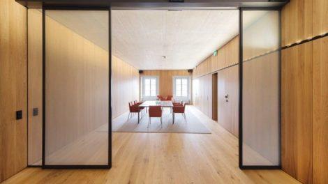 Mit einem integrierten Ganzglassystem lässt sich ein offenes Büro in einen sichtgeschützten Konferenzraum verwandeln Foto: Geze GmbH