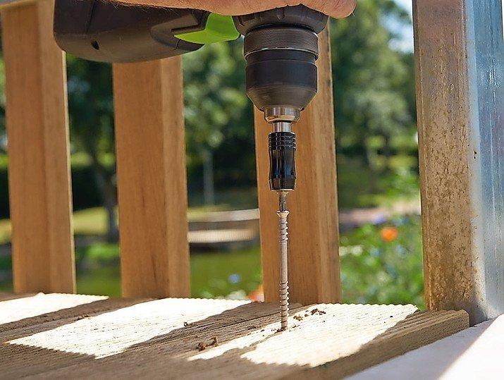 Mit_ihrem_Unterkopfgewinde_zieht_die_HECO-TOPIX_Terrassenbelagschraube_die_Holzteile_besonders_fest_zusammen.________________________________