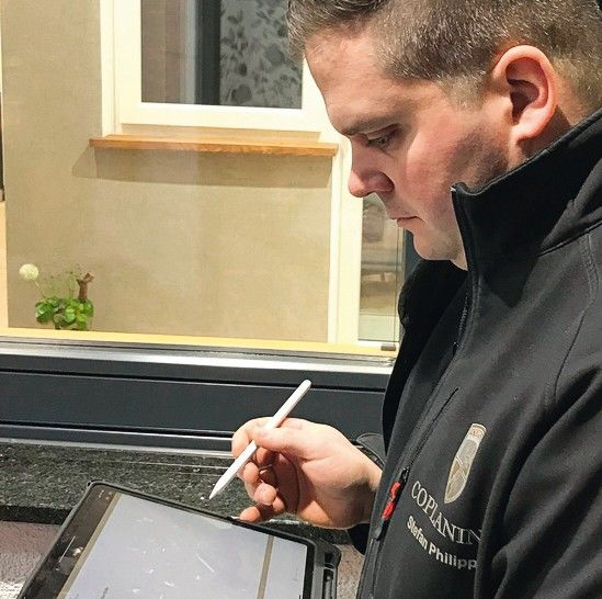 Handwerker-mit-tablet.jpg