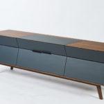 Phonosideboard in amerikanischem Nussbaum und lackierter MDF. Annika Höllerl, Meisterschule Ebern, 2020 Fotos: Studio Pfleiderer