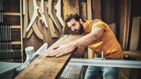 Holzbearbeiter-in-der Werkstatt
