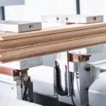Fenstermaschine »WinLine 16« von Biesse: Das komplett bearbeitete Fries wartet auf den Manipulator, der es zum Auslauf bringt
