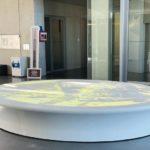 Kunstobjekt aus LG HiMacs für das luxemburgische Gesundheitsministerium. Es dient als Projektionsfläche für einen in 26 m Höhe aufgehängten Beamer. Was auf das Objekt projiziert wird, bestimmen interaktiv die Besucher des Ministeriums Foto: Hinterland GmbH