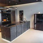 Ein Küchenblock in 4-mm-Stein »Virginia Black«. Auf Wunsch liefert Grama Blend den kompletten Küchenblock Foto: Gramablend