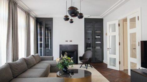 Penthouse-Innenausbau von JBW: Klassisches Ambiente mit enormen Raum- und Fensterhöhen, gegliederten Stuckdecken, ausgefallener Leuchtenwahl und offenem Kamin Fotos: Nick Strauss